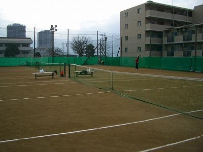 サーブをする田村コーチ